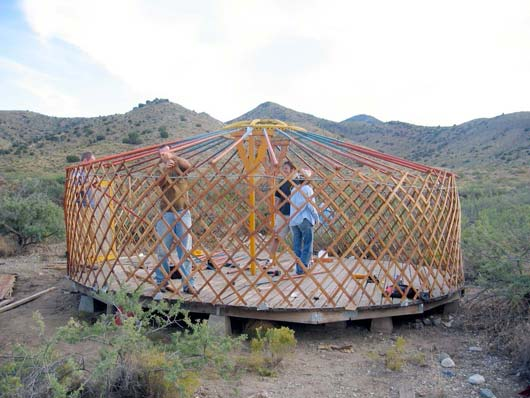 desert-yurt-construction_0