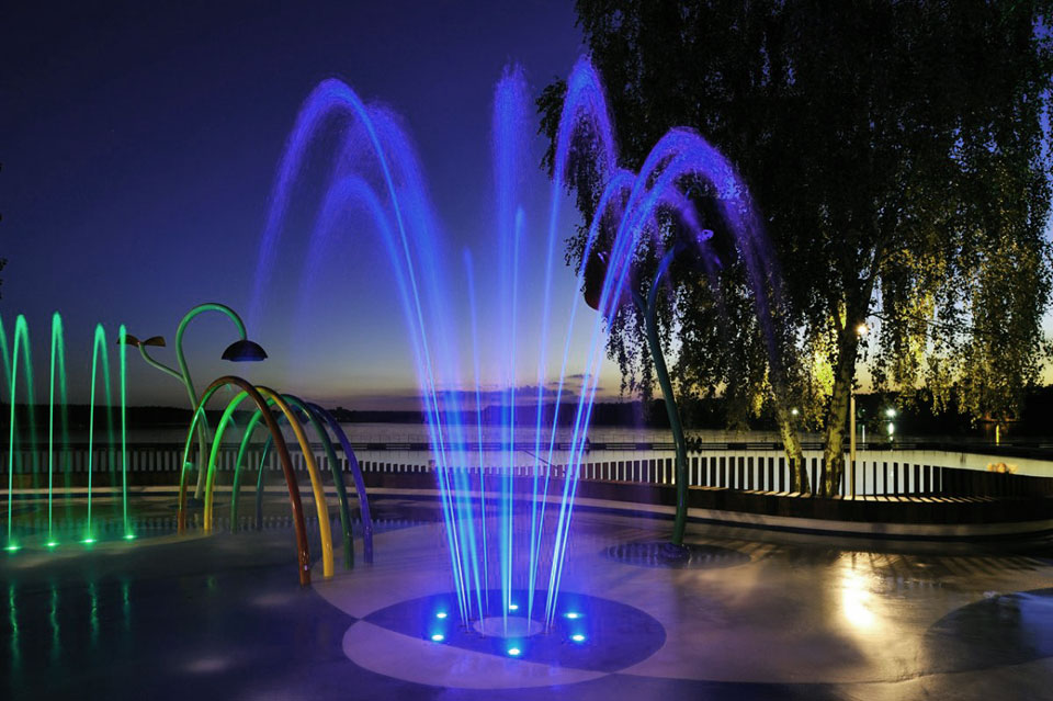 Beautiful-Fountain-with-Programmable-Multicolored-LED-Performance